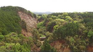 Fig.6  崩落している砂防ダム上流