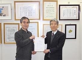 (写真1)左:表技協町田会長 右:北上コンピュータ・アカデミー 吉川校長